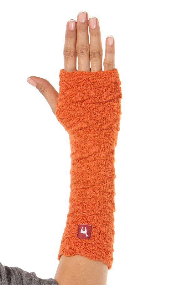 Oranje polswarmer gebreid van alpaca wol Apu Kuntur