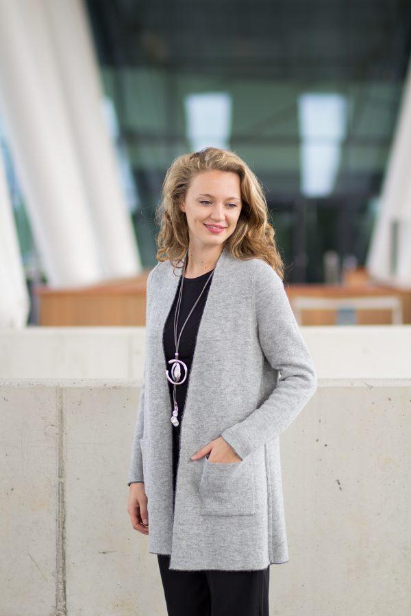 Lichtgrijs half lang alpaca wollen dames vest met zakken gevilt