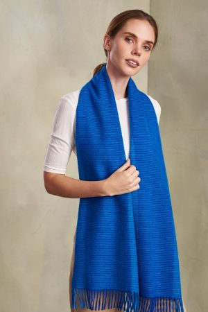 Geruite kobalt blauwe shawl van duurzame alpaca wol