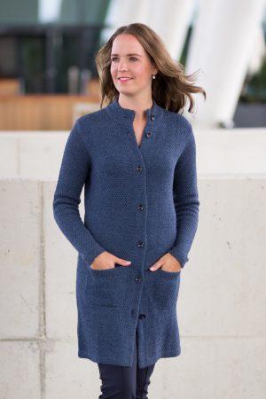 Lang alpaca wollen damesvest blauw met zakken en kraag