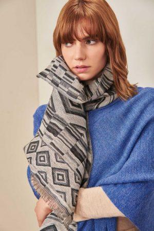 Alpaca wollen en zijden shawl grijs zwart motief